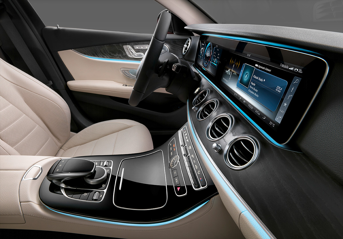 As a central element of the vehicle interior, the Dual Display elegantly combines two screens in one module. © Daimler AG